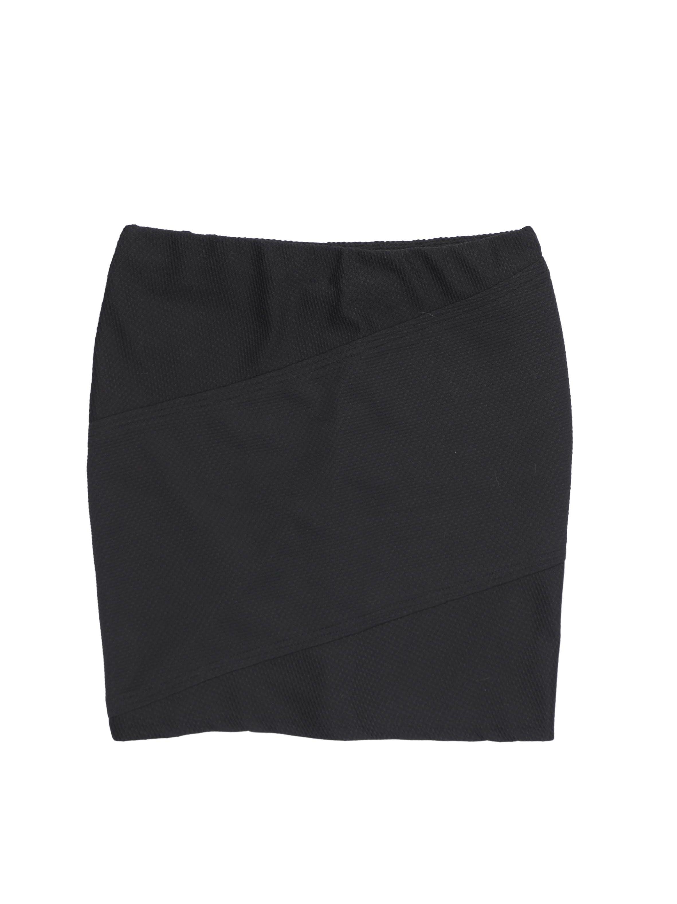 Falda Mossimo negra con textura y cortes diagonales, elástico en la cintura. Cintura 72-80cm Largo 44cm