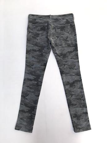 Pantalón de algodón stretch estampado camuflado en tonos grises, pitillo foto 2