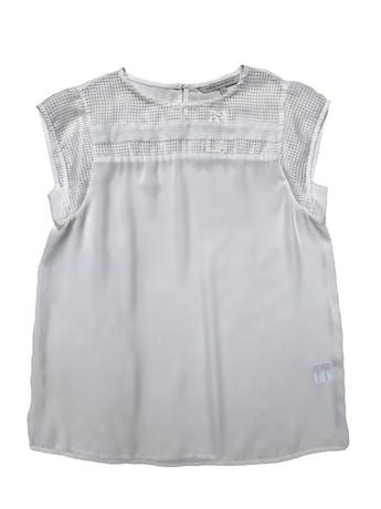 Blusa Mentha&chocolate de gasa blanca con tela tipo rejillas en pecho y mangas, tiene botón posterior en el cuello. Busto 92cm Largo 58cm  foto 1