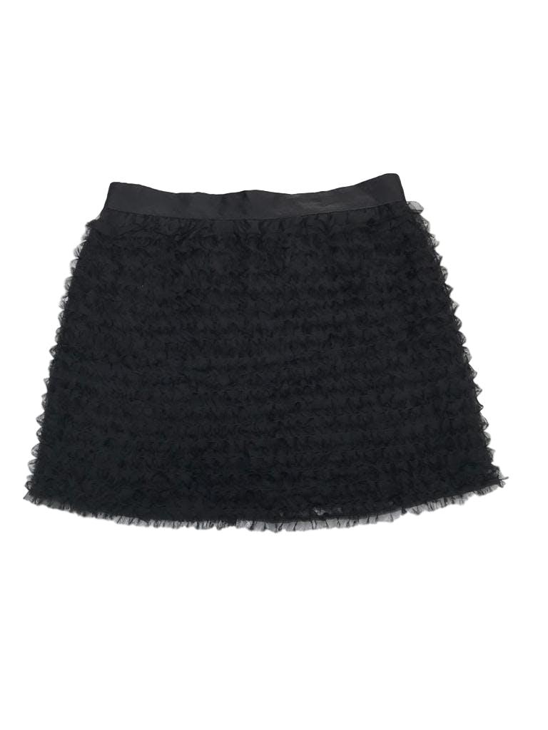 Falda negra de gasa con textura deshilachada, lleva forro y cierre posterior. Pretina 76cm Largo 41cm . Precio original S/ 140