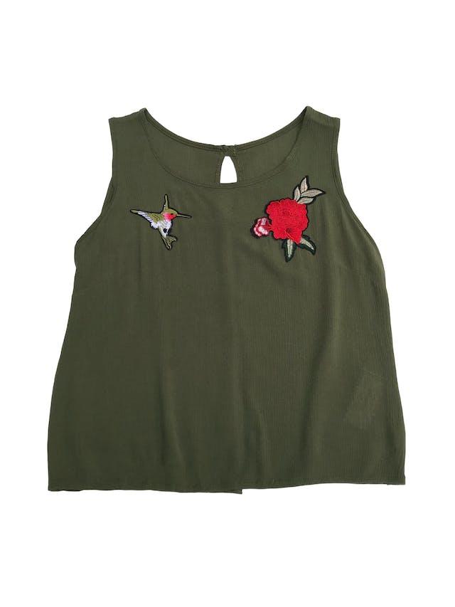 Blusa verde con textura, aplicaciones bordadas y botones en la espalda foto 1