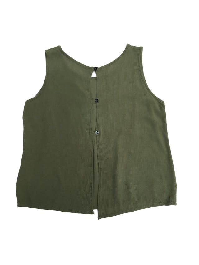Blusa verde con textura, aplicaciones bordadas y botones en la espalda foto 2