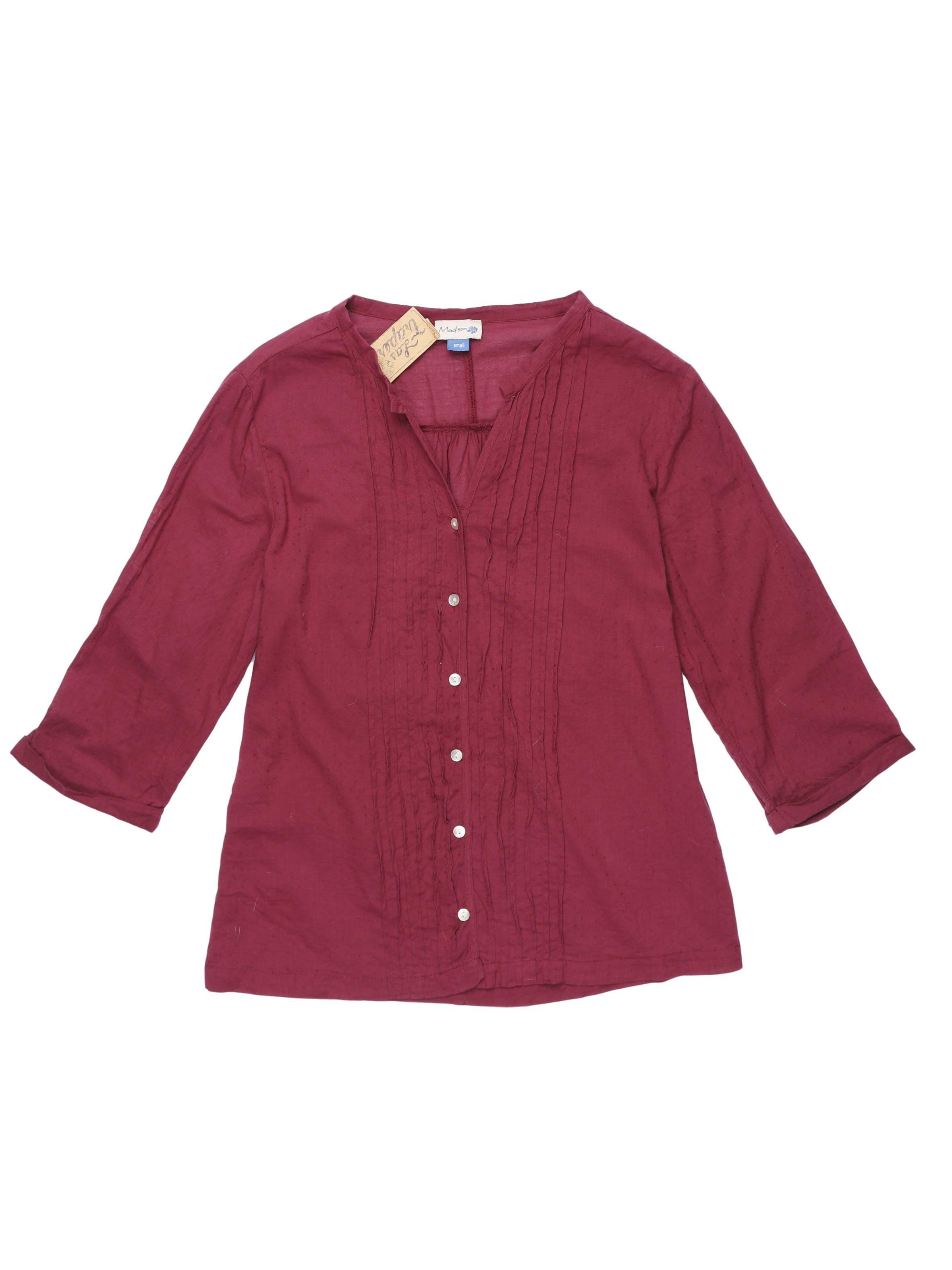 Blusa guinda con textura de puntos 100% algodón, cuello en V con botones centrales y plisado. Busto 97 cm.
