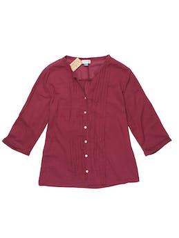 Blusa guinda con textura de puntos 100% algodón, cuello en V con botones centrales y plisado. Busto 97 cm. foto 1