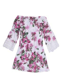 Vestido off shoulder blanco con estampado de flores, mangas campana con encaje, tela stretch tipo lycra. Largo desde sisa 60cm foto 1