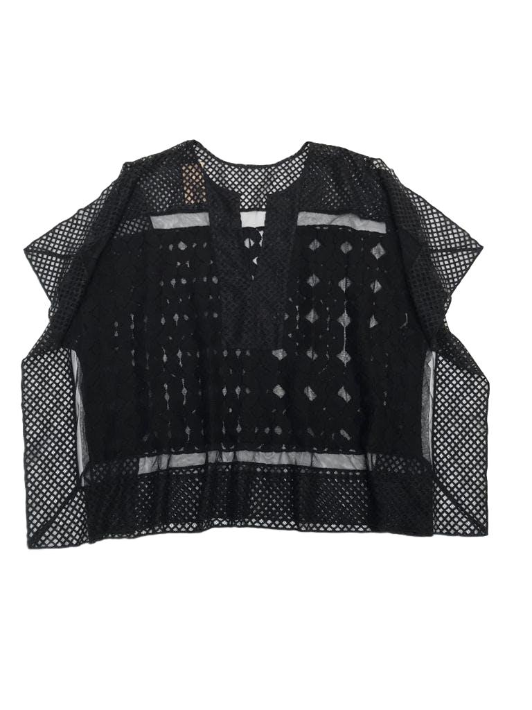 Blusa estilo túnica de encaje negro con detalles bordados, modelo cuadrado. Hermosa con linda caída