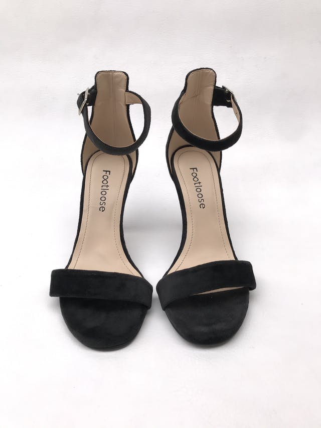 Sandalias negras tipo terciopelo con correa al tobillo, taco 9cm. ¡Combinan con todo! foto 2