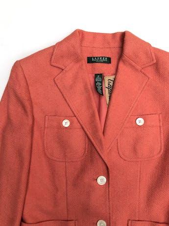 Blazer Lauren Ralph Lauren anaranjado con textura espiga en tono naranja, 52% lino 38% viscosa 10% seda, forrado, cuatro bolsillos delanteros y botones crema. El tono es menos saturado. Largo 58cm. Precio original S/ 550 foto 2