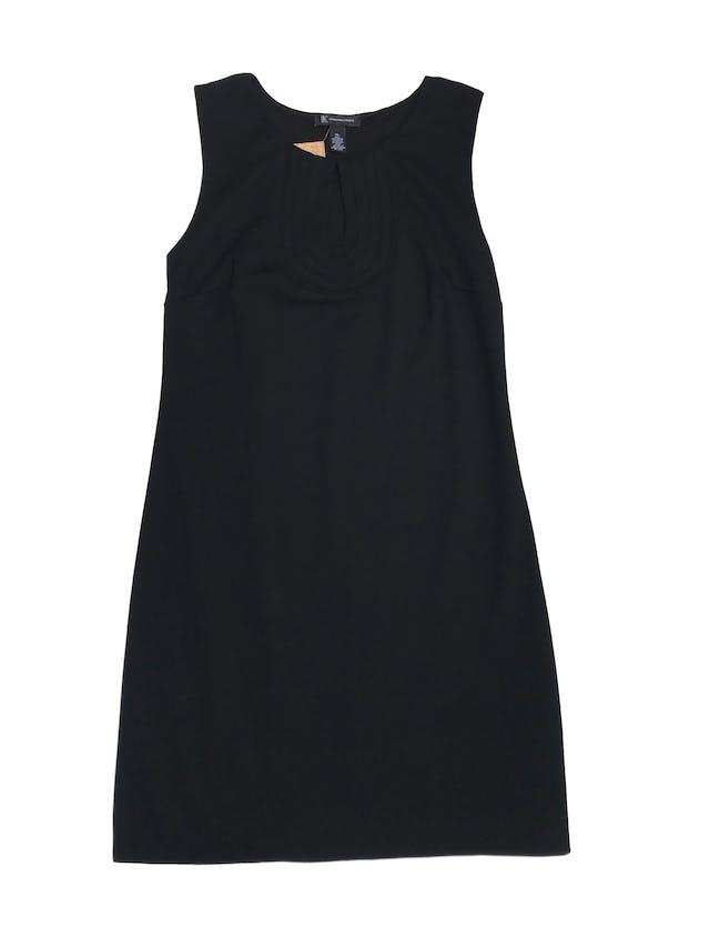 Vestido International Concepts, negro de tela gruesa stretch, forrado, con escote gota en el pecho y pespuntes, es pegado a cuerpo. Largo 95cm, busto hasta 110cm Precio original S/300  foto 1
