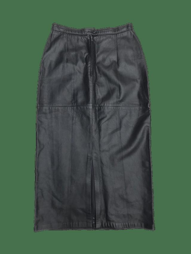 Falda vintage negra de cuero, forrada, a la cintura (70cm) con cierre y botón posterior. Largo 84cm ¡Demasiado cool!  foto 2