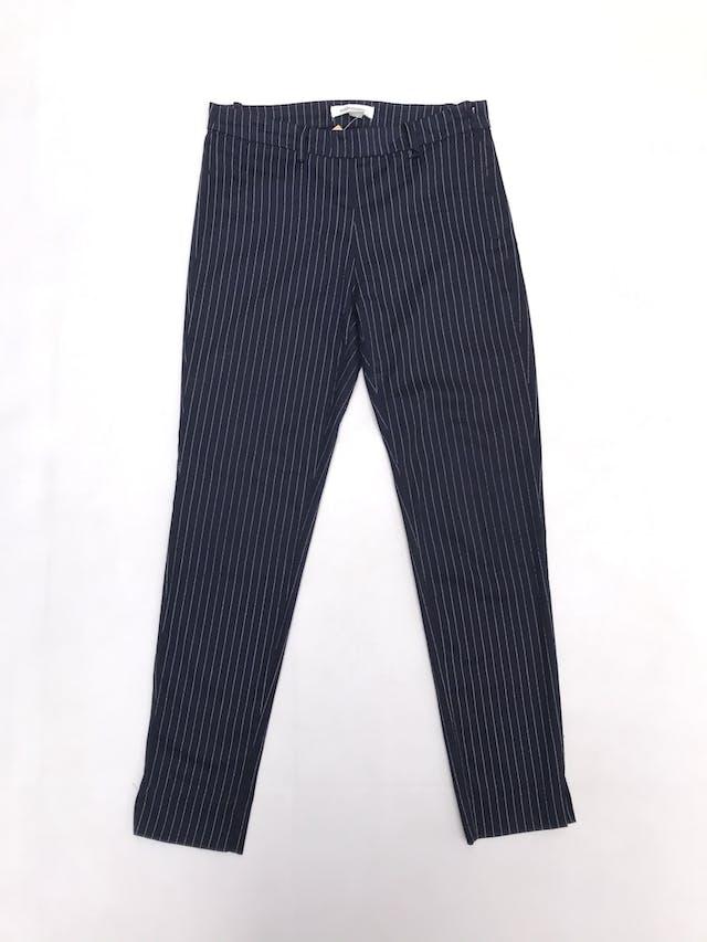 Pantalón University Club azul con líneas blancas, pitillo con cierre y botón lateral. foto 1