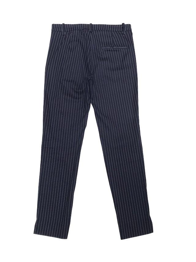 Pantalón University Club azul con líneas blancas, tiro medio, pitillo con cierre y botón lateral. Pretina 76cm Largo 93cm foto 2