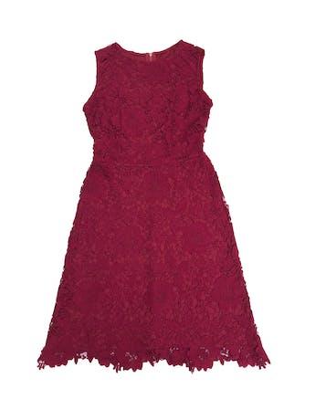 Vestido de encaje guinda, forrado, corte a la cintura y cierre posterior. Largo 95cm. Precio original S/ 210 foto 1