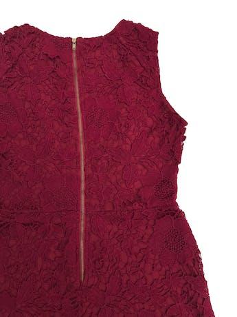 Vestido de encaje guinda, forrado, corte a la cintura y cierre posterior. Largo 95cm. Precio original S/ 210 foto 2