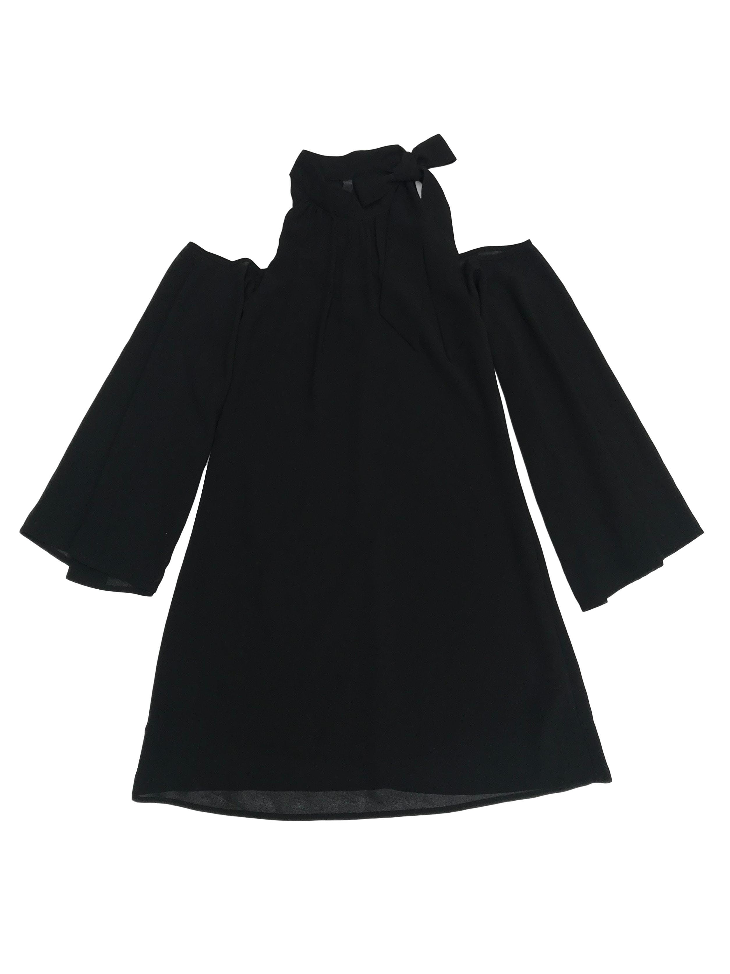 Vestido mini de gasa negra con lazo lateral en el cuello, forrado corte en A, hombros descubiertos y mangas campana. Largo desde el cuello 85cm. ¡Hermoso!
