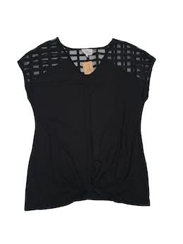 Polo negro tipo algodón con tul en los hombros y textura de rombos foto 1