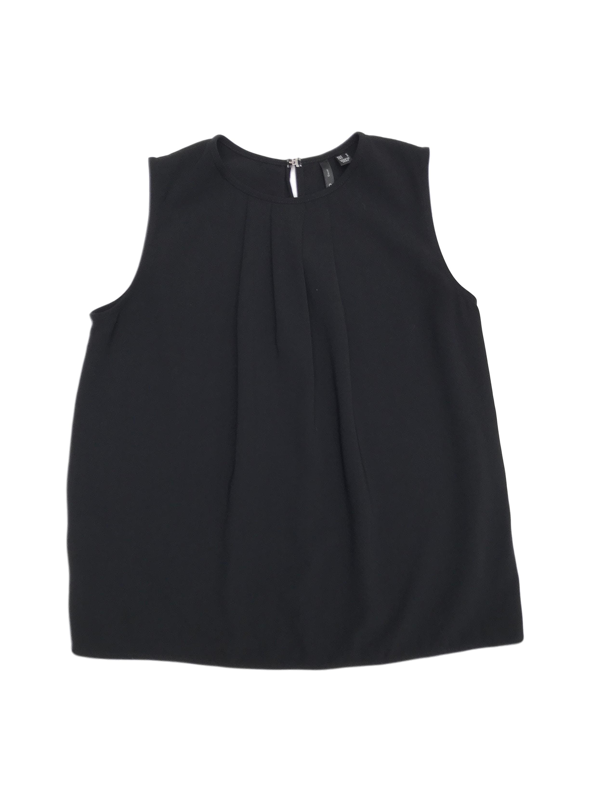 Blusa Mango negra tela plana gruesa, pliegues delanteros y botón posterior en el cuello. Precio origina S/ 150