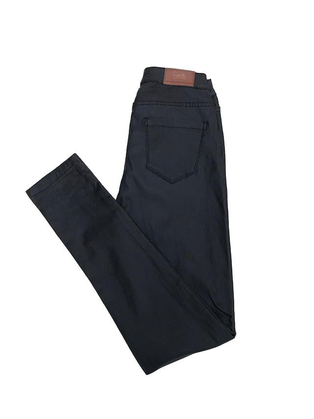 Pantalón Sybilla azul con textura tipo cuerina, tiro alto a la cintura, pitillo, stretch.  foto 2