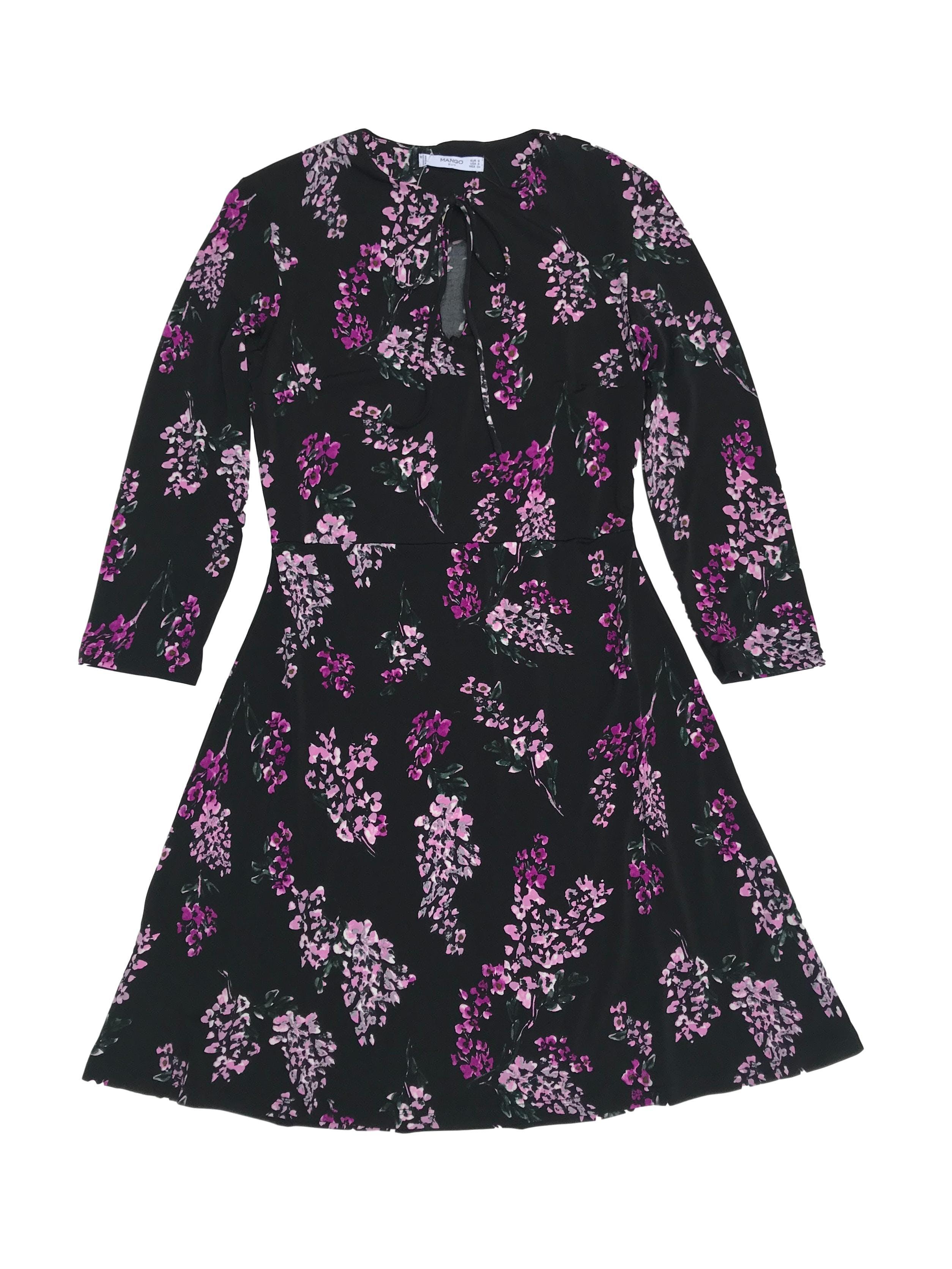 Vestido Mango negro con estampado de flores moradas, tela stretch, se amarra en el cuello, manga 3/4. Largo 85cm. Nuevo con etiqueta. Precio original S/ 129