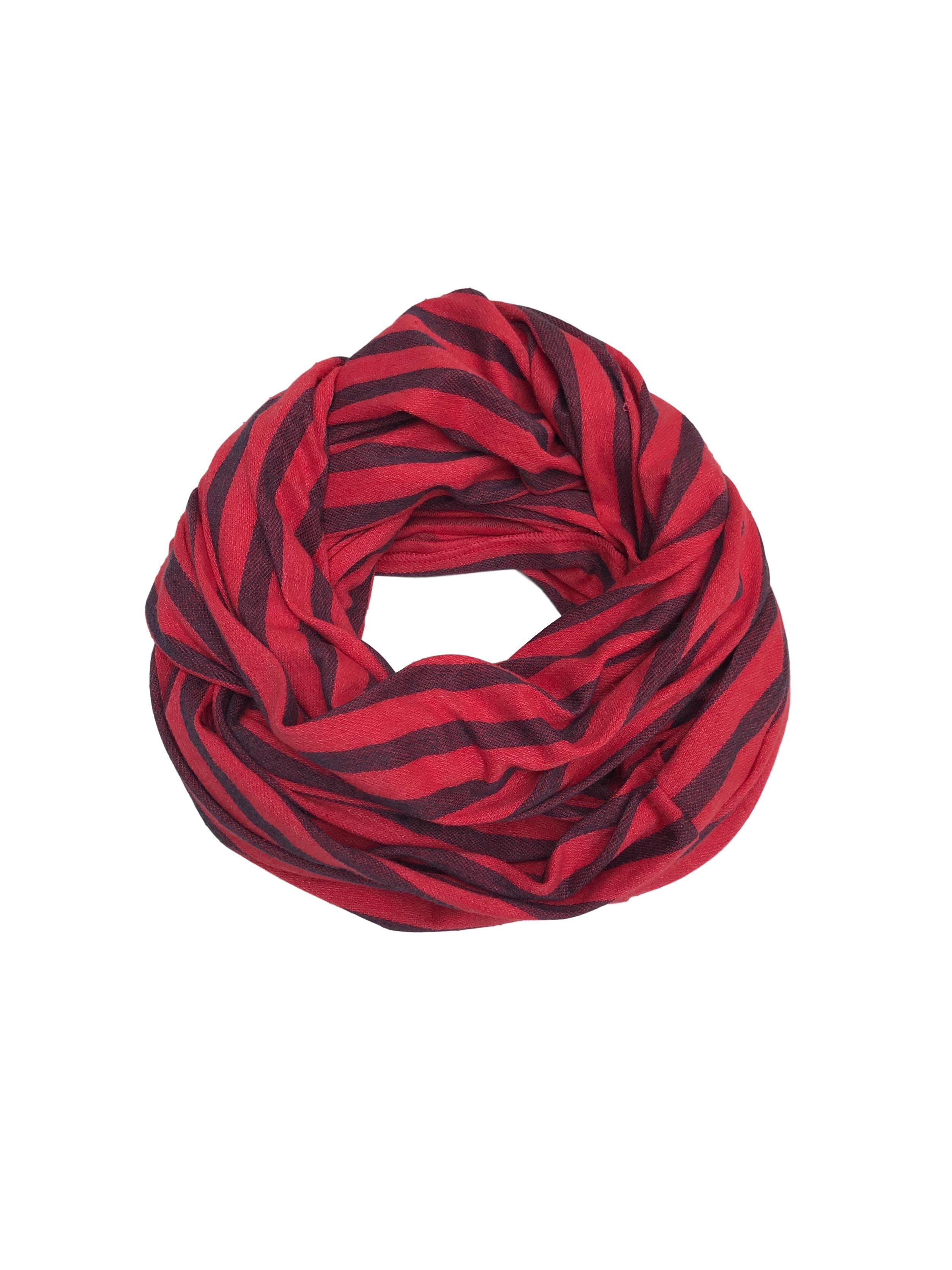 Bufanda cerrada roja con franjas azules