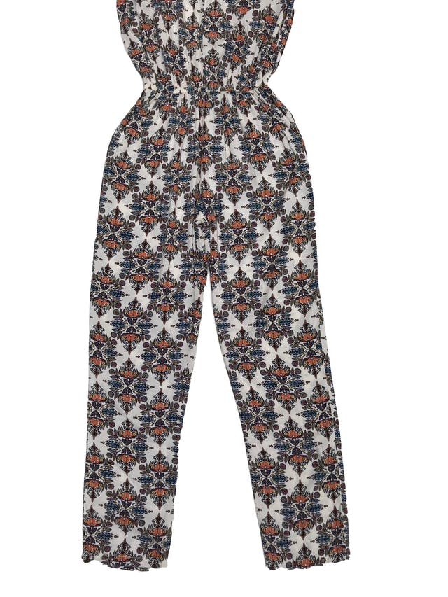 Enterizo pantalón crema con estampado, escote delantero y en espalda, cierre posterior, elástico en la cintura y bolsillos laterales, tela tipo chalis foto 2