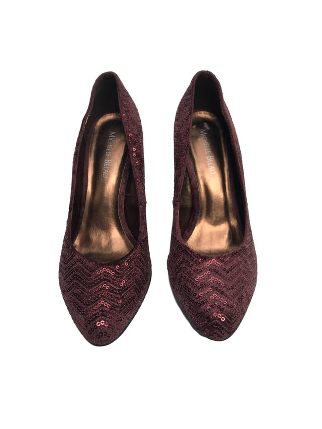 Zapatos Michelle Belau de textil guinda con mostacillas, taco 9cm. Estado 9/10 foto 2