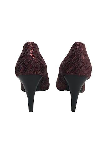 Zapatos Michelle Belau de textil guinda con mostacillas, taco 9cm. Estado 9/10 foto 3
