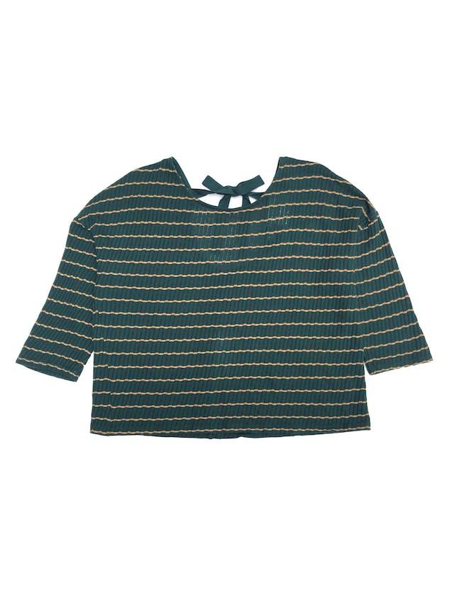 Polo corto oversized tipo tejido con textura acanalada, verde con líneas amarillas, lazo en la espalda foto 1