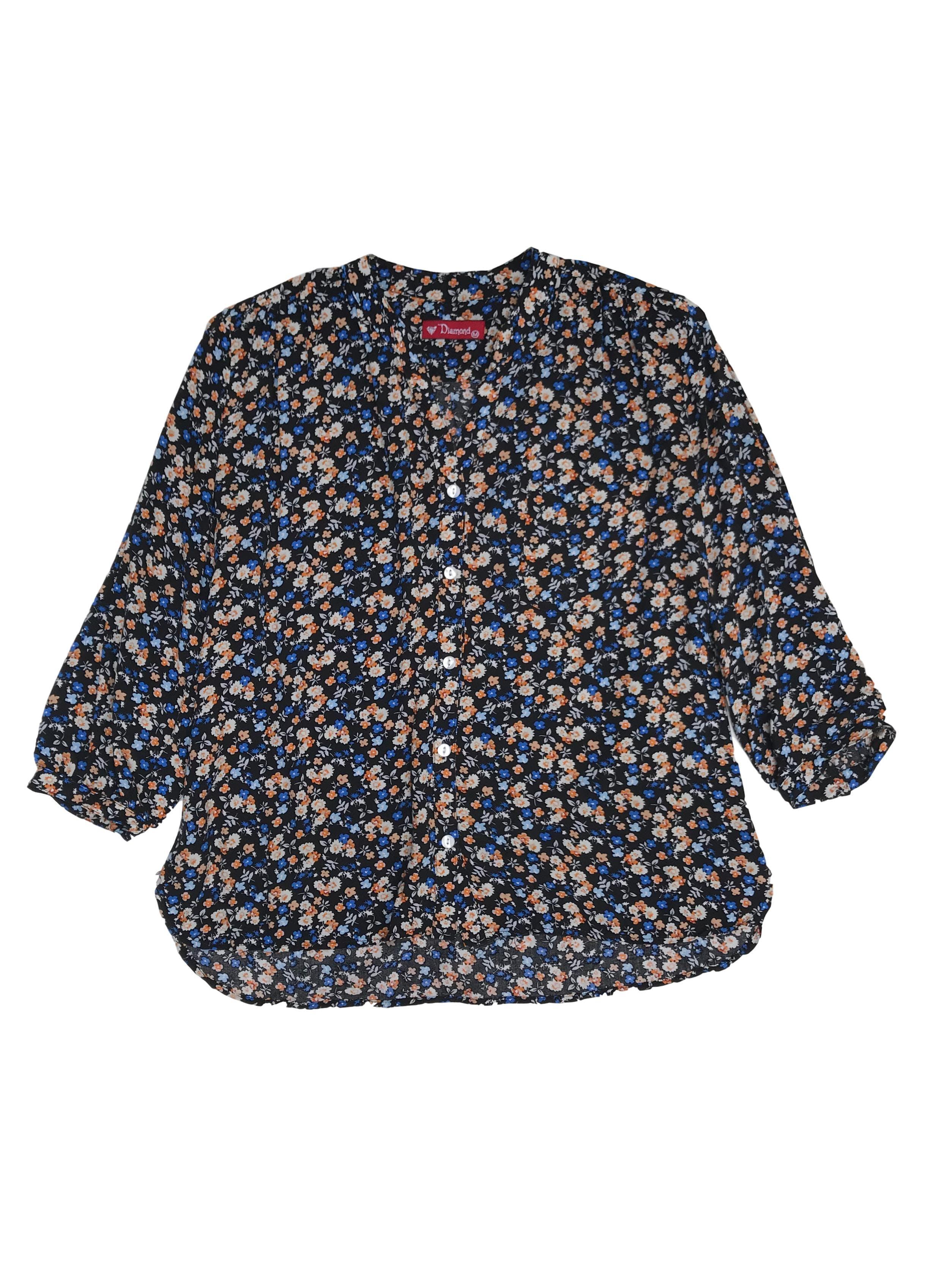 Blusa tipo chalis negra con estampado de florcitas, escote en V con fila de botones, bolsillo delantero y mangas 3/4