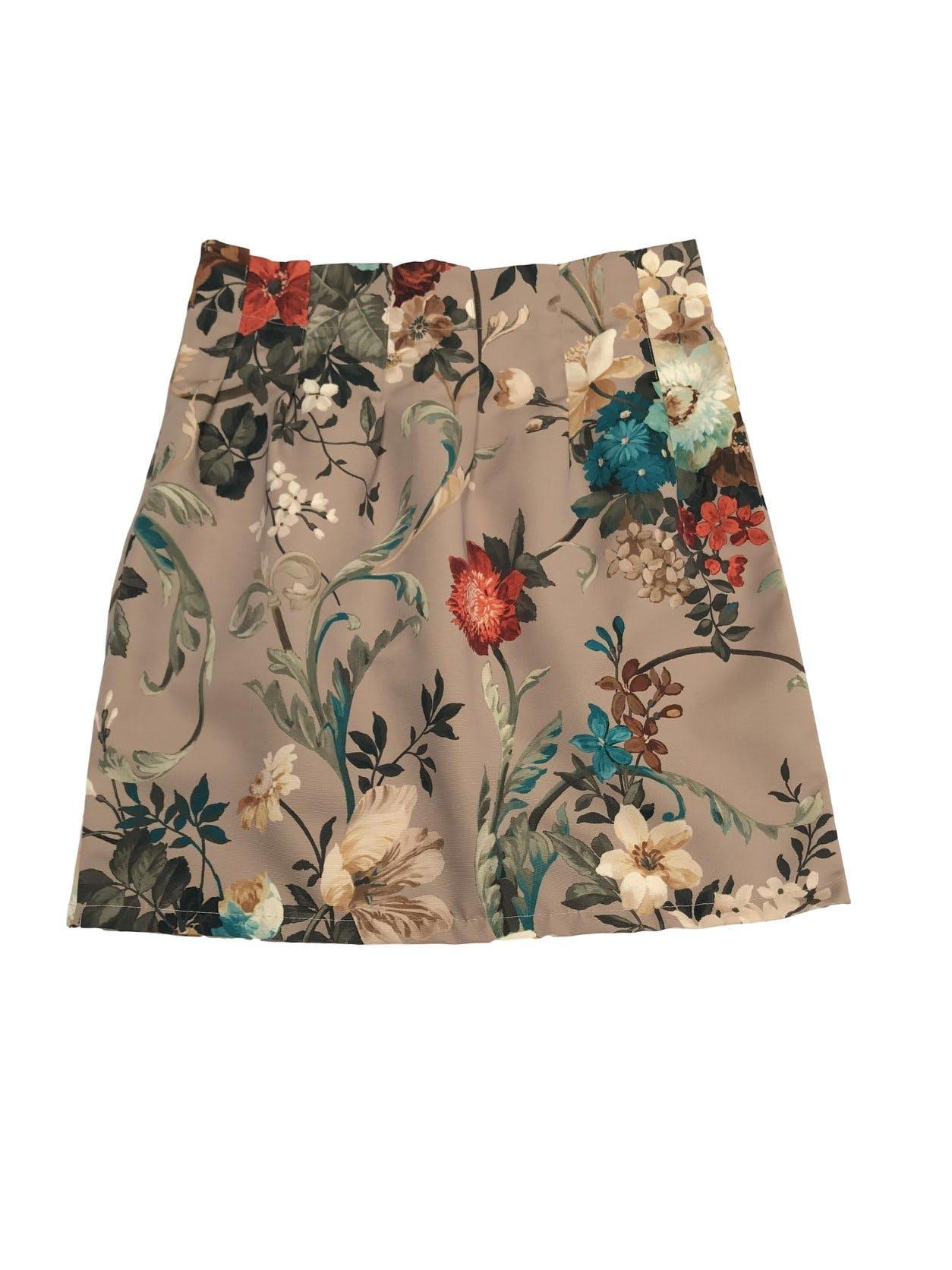 Falda beige con estampado de flores de colores, con pliegues y cierre lateral. Pretina 76cm Largo 48cm