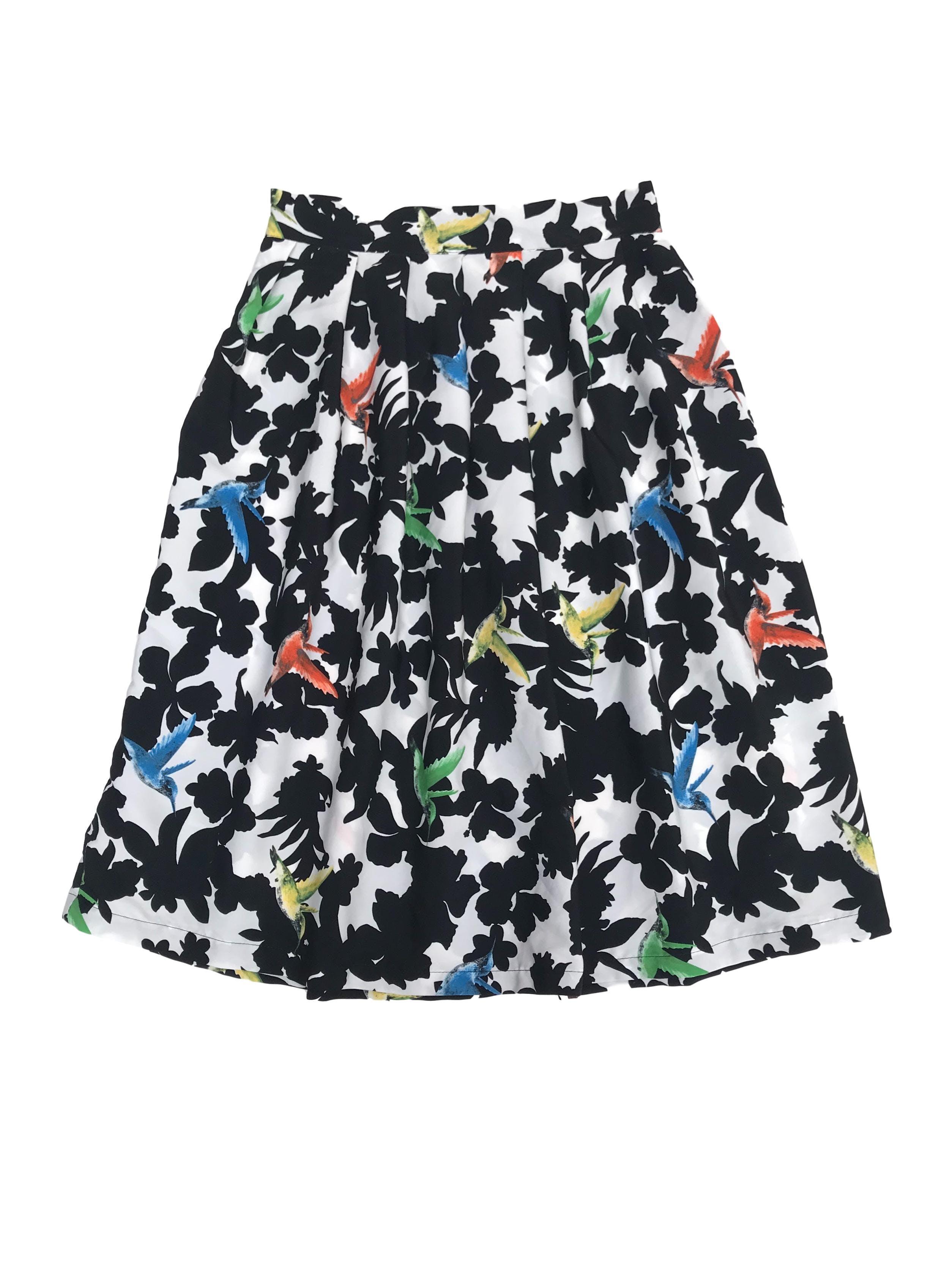 Falda vintage blanca con estampado de flores negras y aves multicolores, lleva cierre lateral. Cintura 73cm Largo 68cm
