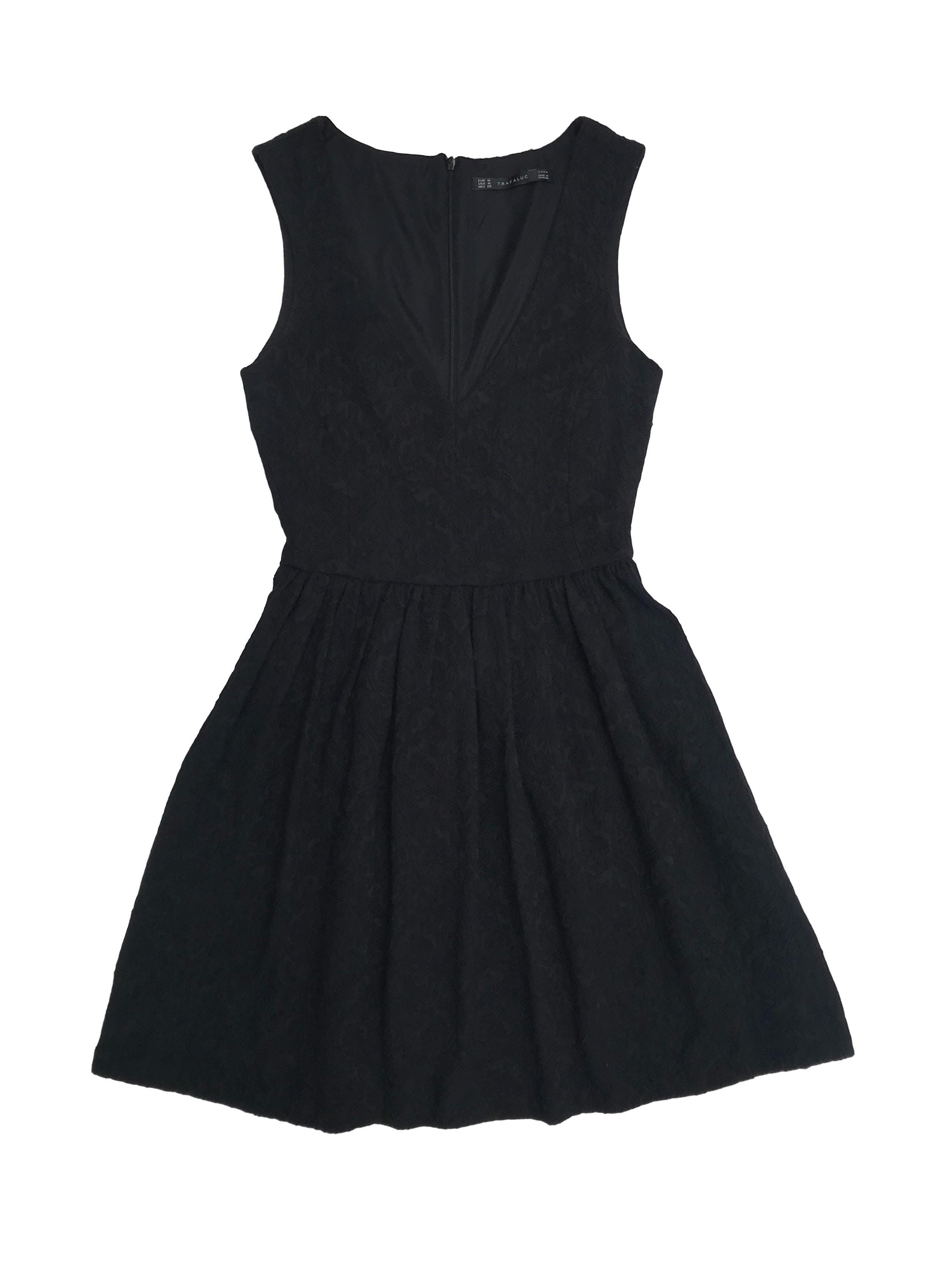 Vestido Zara negro con textura barroca, escote delantero y cierre en la espalda, arma lindo. Largo 83cm