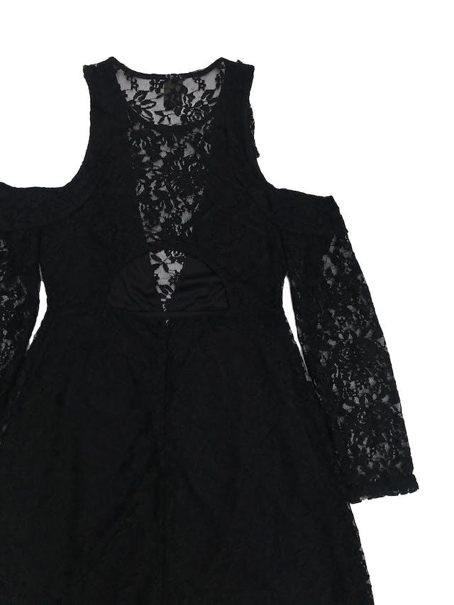 Vestido Index de encaje negro con aberturas en los hombros, cierre y escote posterior, falda en A, forrado. ¡Muy lindo! Largo 83cm foto 2