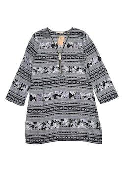 Vestido con estampado en blanco, gris y negro, cierre en el escote y mangas regulables con botón. Largo 85cm foto 1