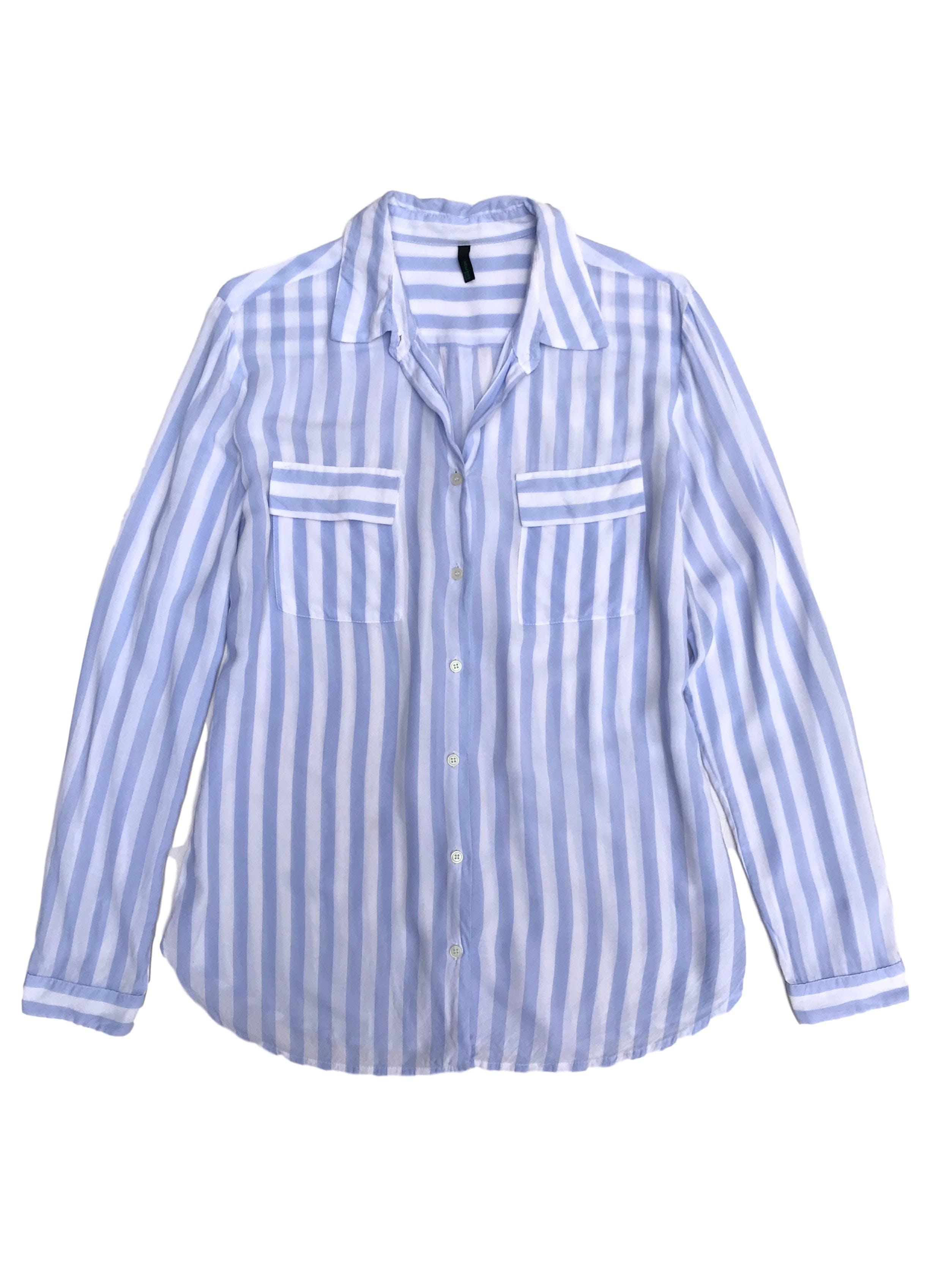 Blusa Benetton de tela tipo algodón fresca, a rayas celestes y blancas, bolsillos delanteros. Hombros 40cm Busto 98cm