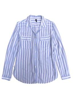 Blusa Benetton de tela tipo algodón fresca, a rayas celestes y blancas, bolsillos delanteros. Hombros 40cm Busto 98cm foto 1
