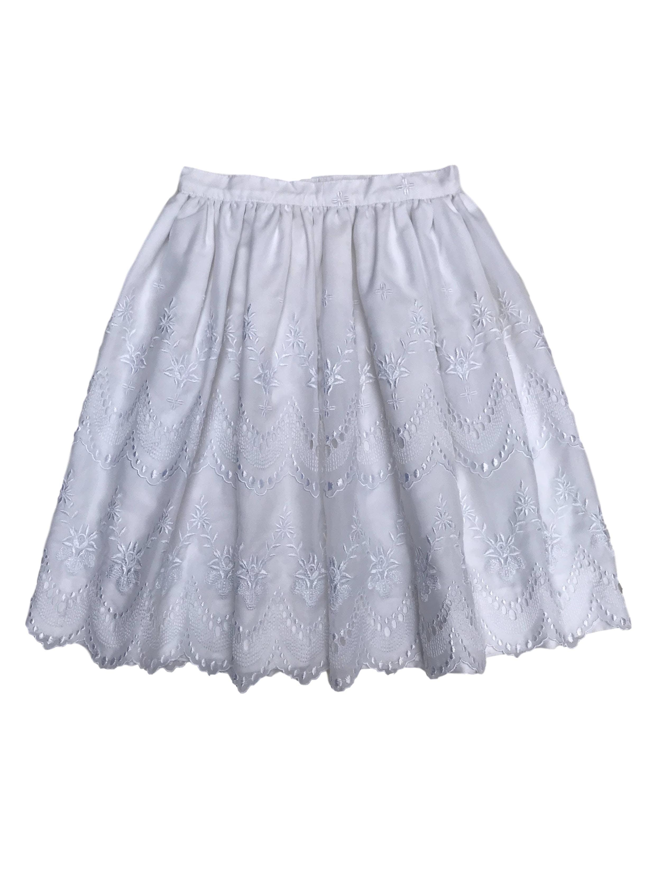 Falda con volumen y bordado al tono, forrada, con cierre y botón posterior. Cintura 70cm Largo 60cm