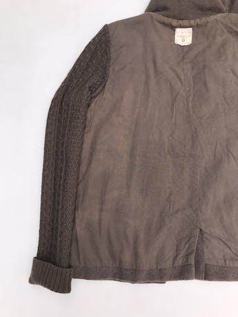 Casaca University club marrón 30% lana, forrada, con mangas y capucha tejidas. Tiene una zona del forro decolorada pero por fuera está perfecta foto 2