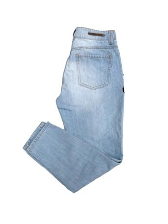 Pantalón jean Denimlab 100% algodón celeste con bordado y rasgado delantero. Pretina 72cm foto 2