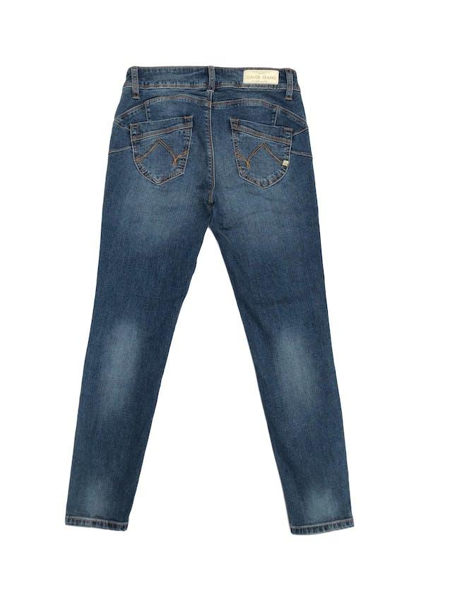 Pantalón Gaudi jean pitillo stretch con aplicaciones de pedrería en los bolsillos, focalizado, nuevo. Cintura 68cm. Precio original S/ 250 foto 2