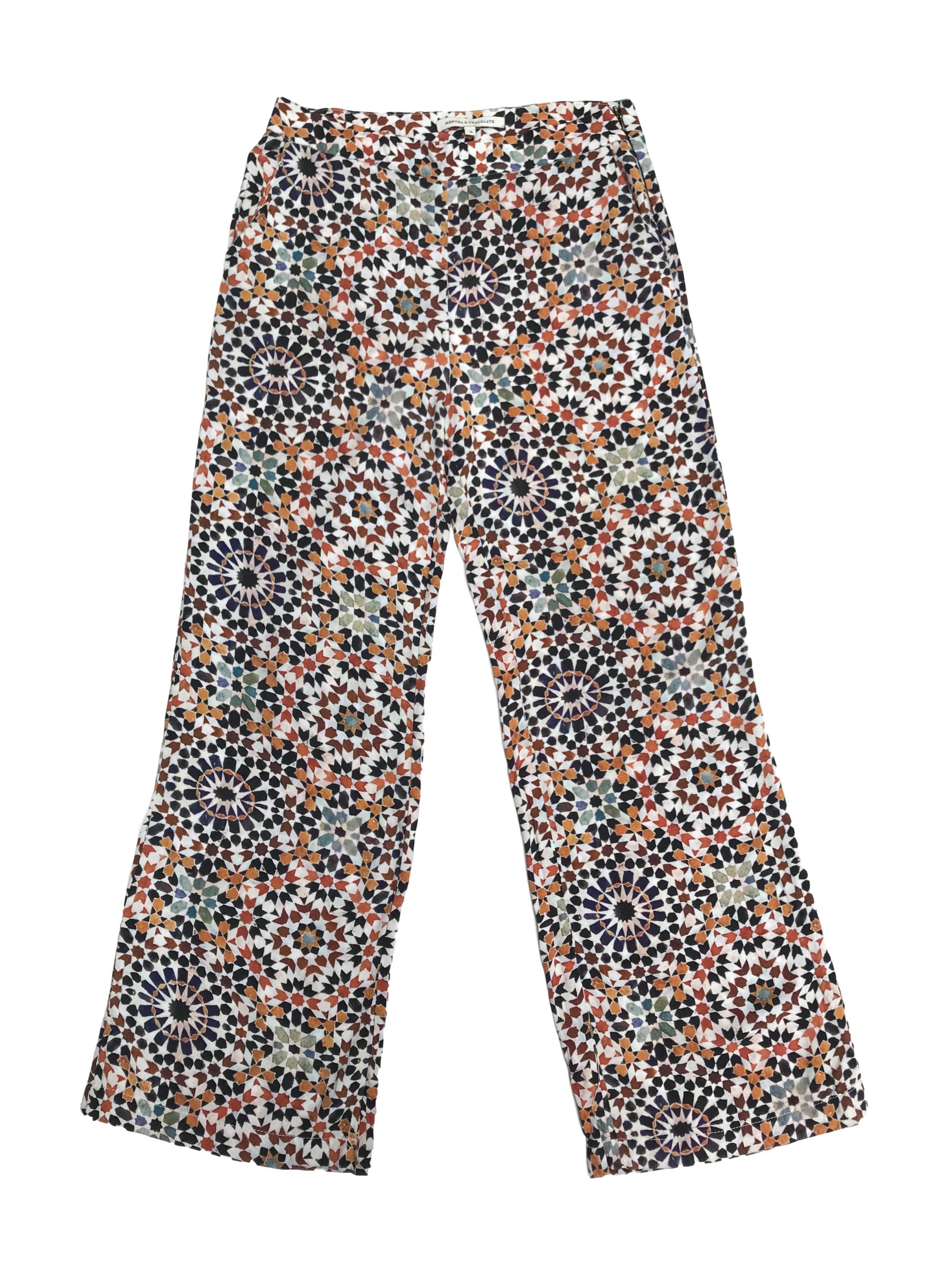 Pantalón Mentha&Chocolate a la cintura, tela fresca de viscosa crema con estampado en tonos cálidos, lleva cierre lateral y bolsillos. Cintura 74cm. Precio original S/ 170