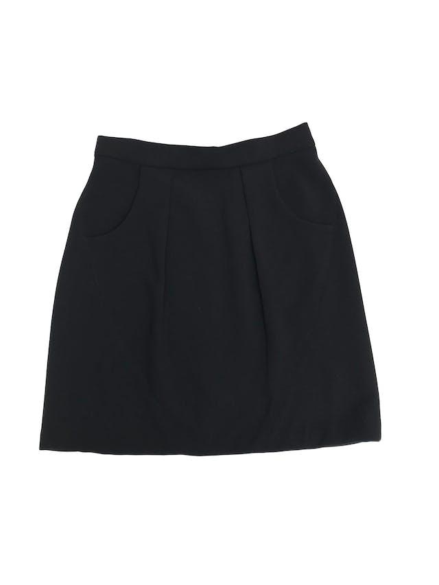 Falda Moda&cia negra con bolsillos y pliegues delanteros, cierre posterior. Cintura 68cm Largo 46cm foto 1