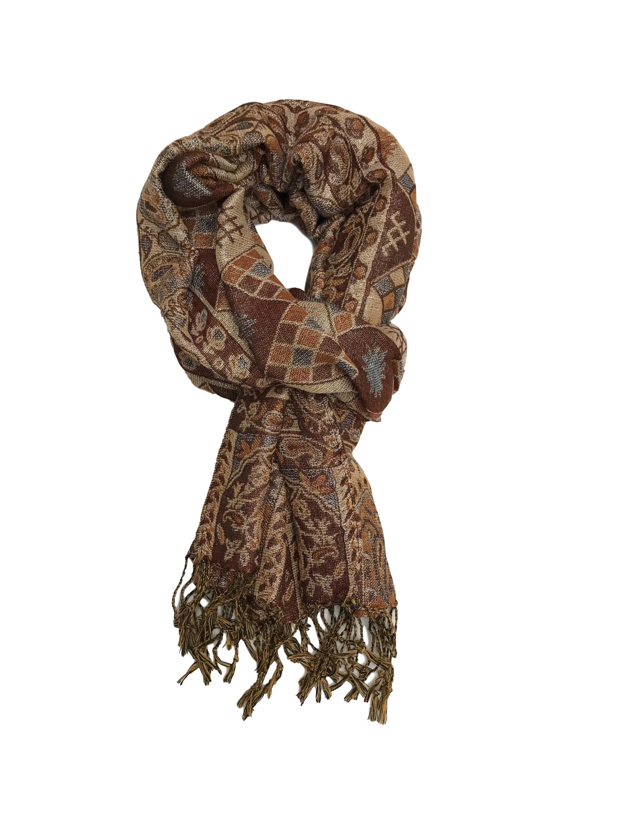 Bufanda en tonos marrones y plateado con flecos. Medidas 174x70cm