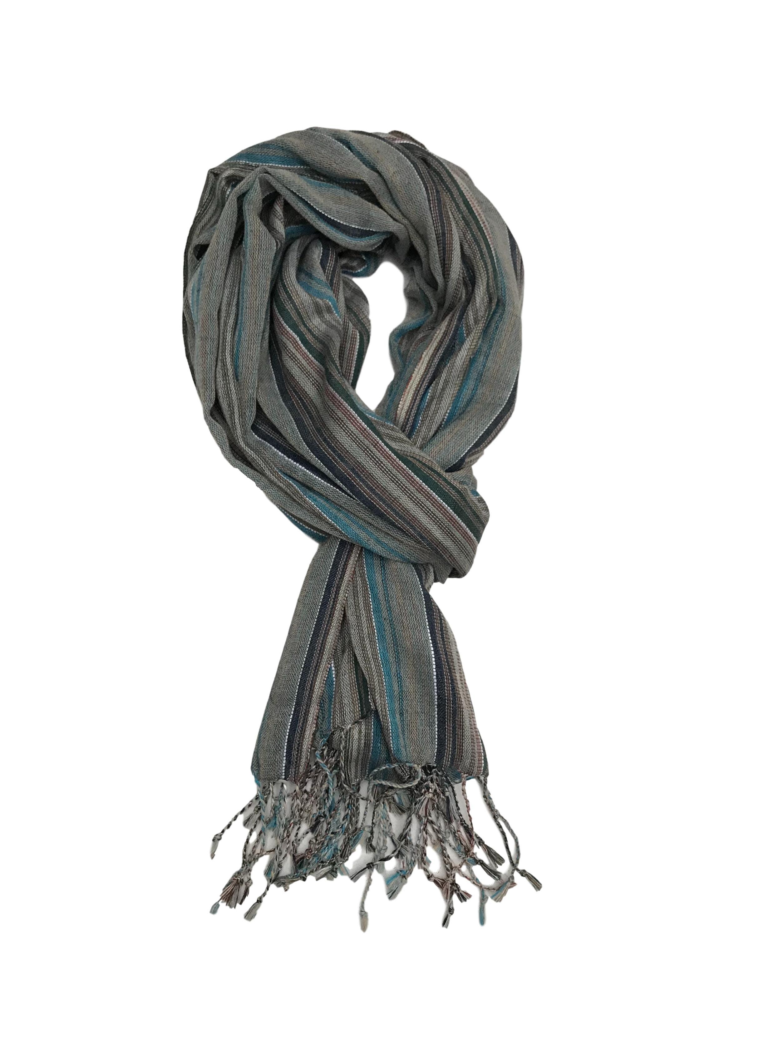 Bufanda a rayas en tonos tierra y azules con flecos. Medidas 180x70cm