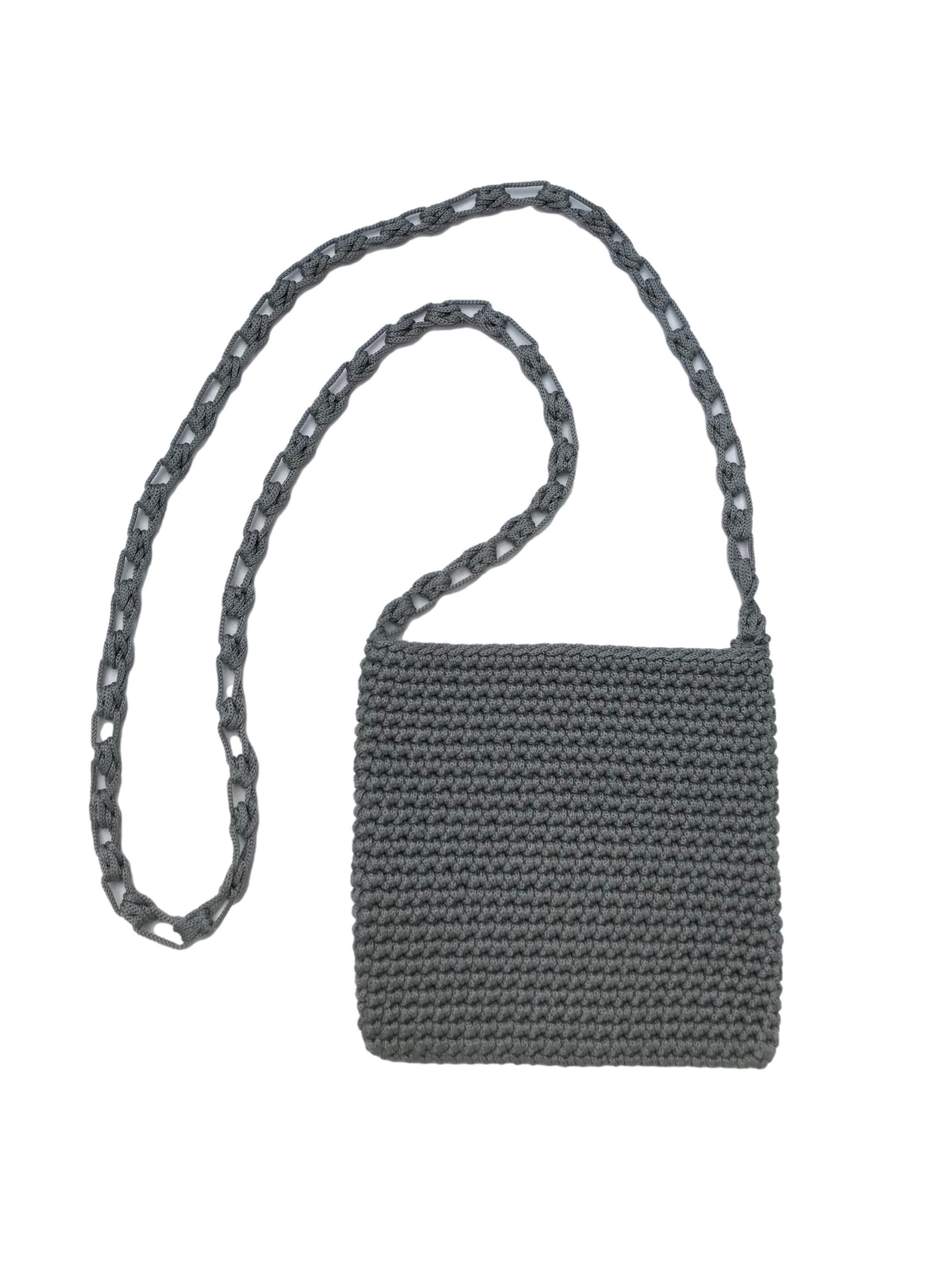 Carterita tejida a crochet gris con asa al hombro. Medidas 17x18cm