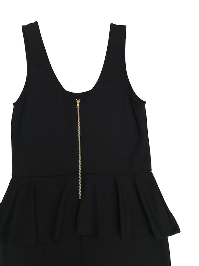 Vestido Mossimo negro stretch, corte a la cintura con volante y cierre dorado en la espalda. Medidas sin estirar: busto 98cm cintura 84 largo 80cm foto 2