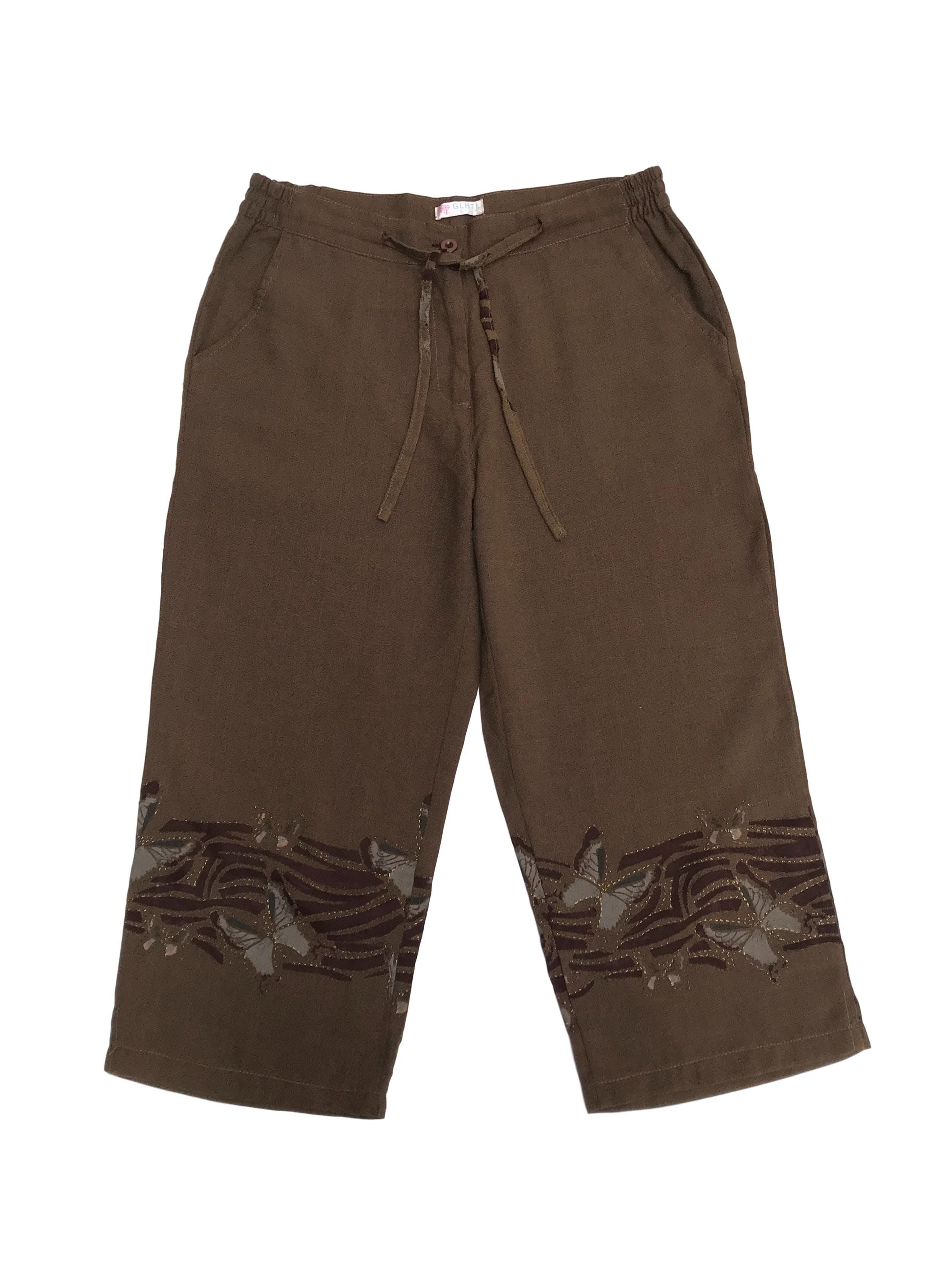 Pantalón capri de pierna ancha marrón, cintura regulable y bolsillos laterales, con estampado en la basta. Cintura 77cm Largo 79cm