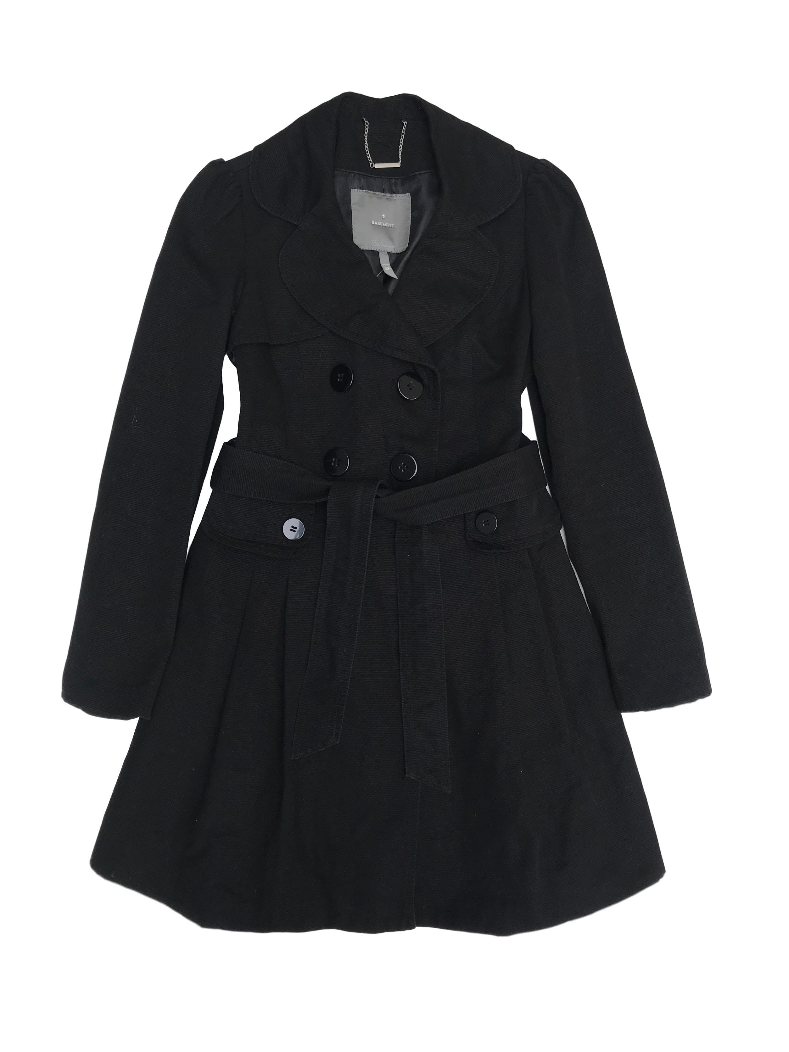 Trench negro Basement de tela tipo drill con textura, 100% algodón, forrado, con cinto y corte a la cintura. Largo 85cm. Precio original S/ 290
