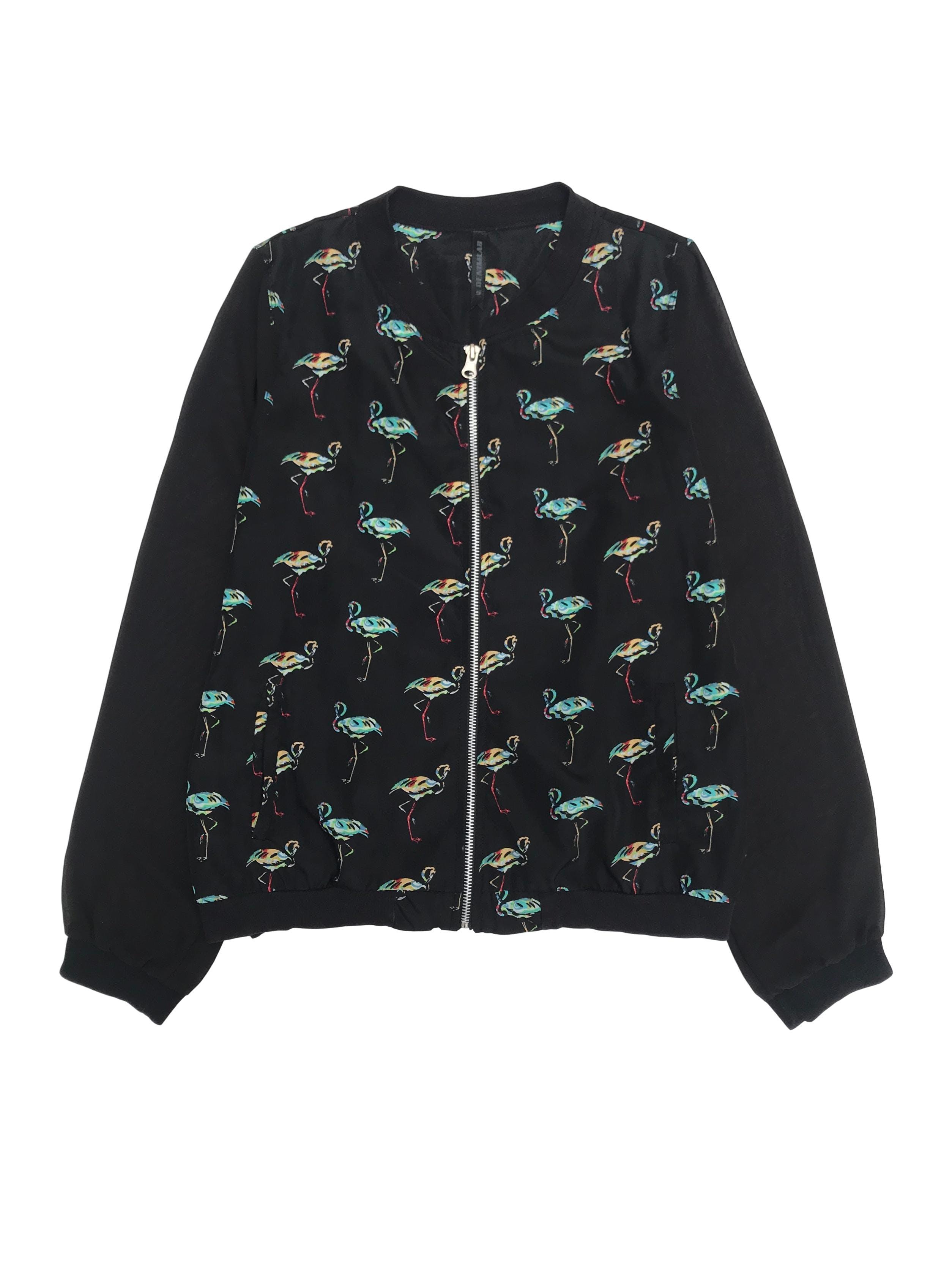 Casaca Denimlab negra con estampado de aves y mangas de gasa, lleva cierre delantero