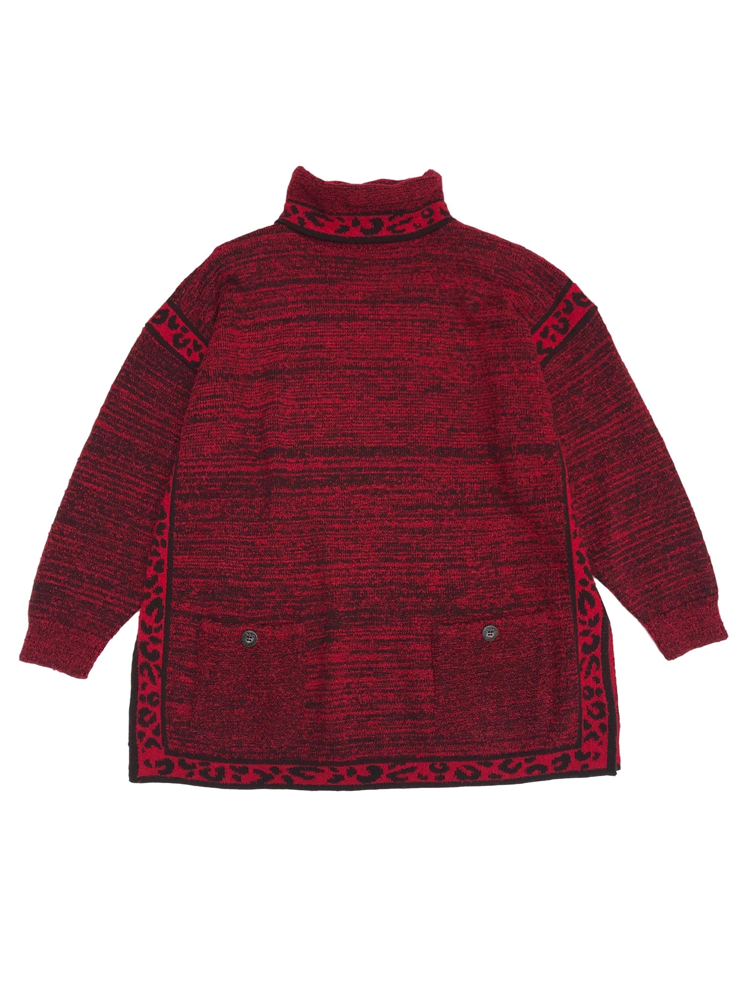 Chompa vintage oversize roja con jaspeado negro, cuello tortuga, bolsillos delanteros y aberturas laterales. Largo 74cm